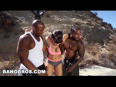 Coroa atriz porno fazendo sexo grupal com negros