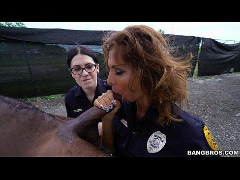 Policiais femininas fazendo boquete para dotado