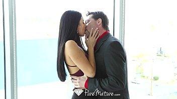 Lindinha morena beijando seu namorado e depois tomando rola