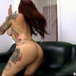Sexual club gata do corpo tatuado leva na buceta esganada